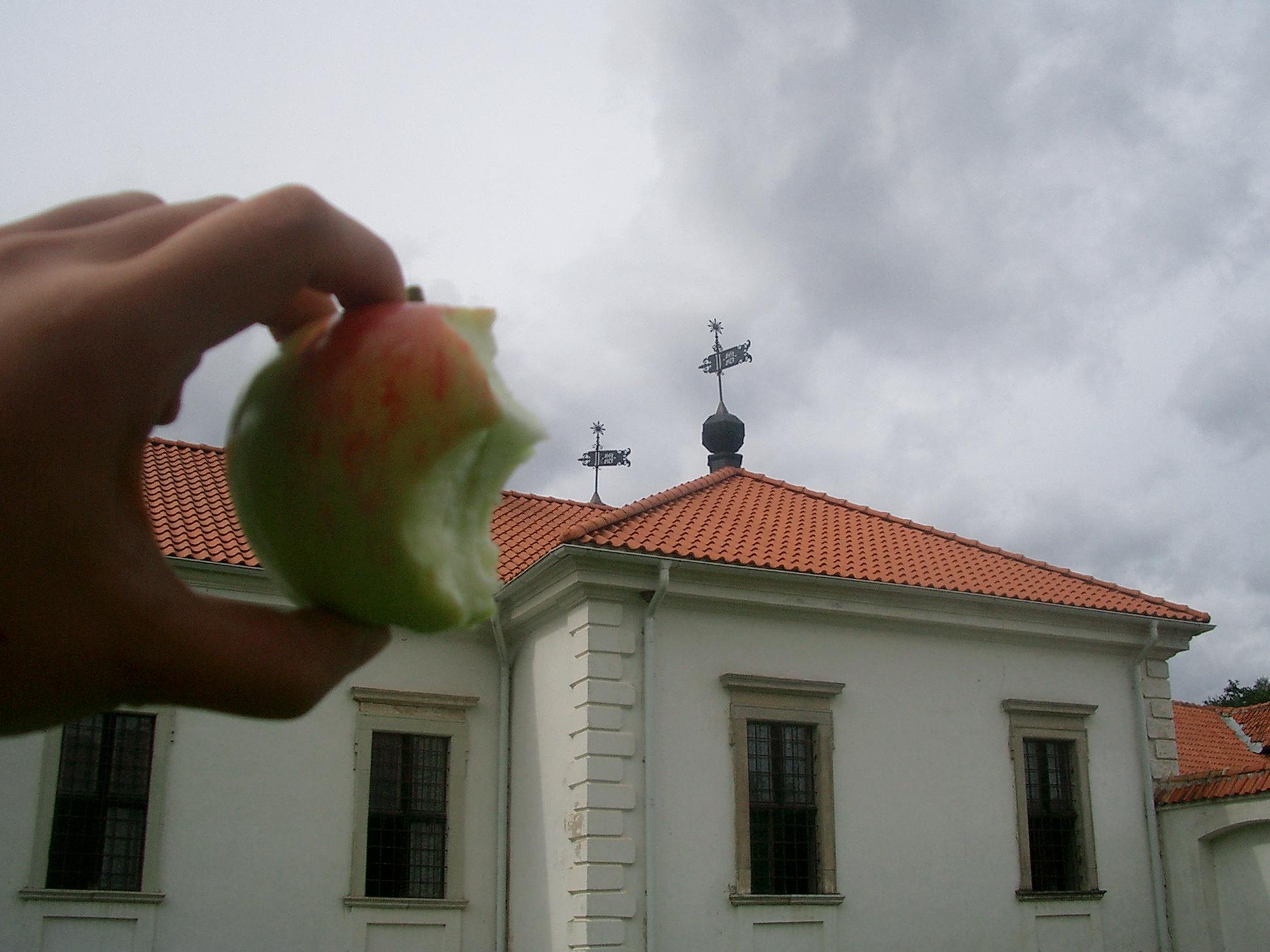 パジャイスリス修道院とりんご