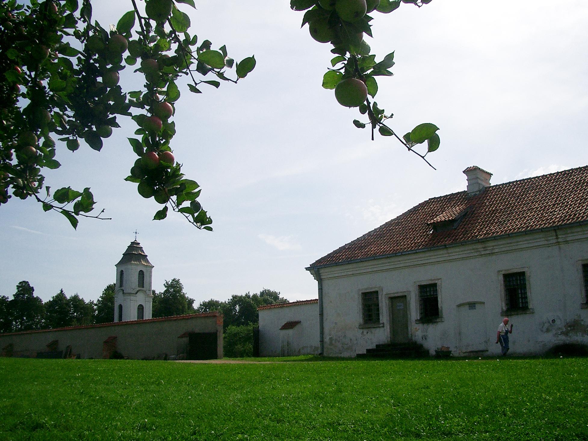 パジャイスリス修道院の庭