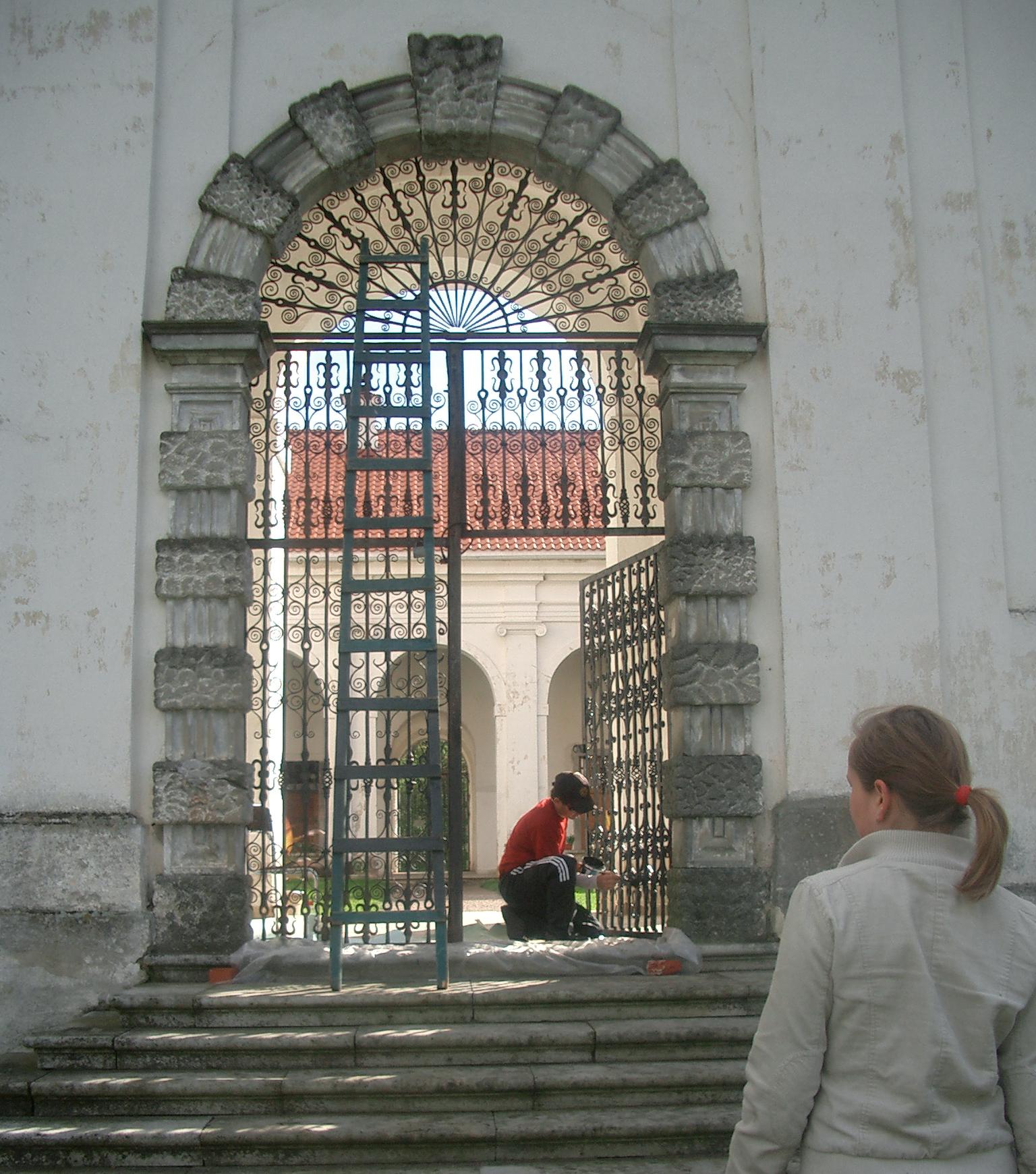 パジャイスリス修道院の門を修理