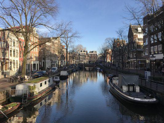 アムステルダムの運河と街並み